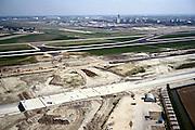Nederland, Haarlemmermeer, Vijfhuizerweg, 17-05-2002; aanleg A5 (West Randweg) en Vijfde baan Schiphol; de autosnelweg wordt verdiept aangelegd omdat de taxi- of rollerbaan (onderdeel vd Vijfde baan) over de weg heen zal gaan: het betonnen viaduct; achter de nieuwe weg de Zwanenburgbaan, aan de horizon verkeerstoren en terminal (stationsgebouw); vliegen vliegveld geluidsoverlast infrastructuur, bouwen, planologie ruimtelijke ordening;<br /> luchtfoto (toeslag), aerial photo (additional fee)<br /> foto /photo Siebe Swart