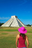 Mexique, Etat du Yucatan, site archéologique de Chichen Itza, classé Patrimoine Mondial de l'UNESCO, Pyramide El Castillo, Temple de Kukulcan, anciennes ruines maya, touriste en vacances // Mexico, Yucatan state, Chichen Itza archeological site, World heritage of UNESCO, Pyramide El Castillo, Temple of Kukulcan, ancient mayan ruins, tourist in vacation
