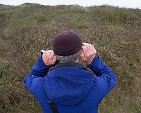 DOMBURG - Floor Arts luistert . Birdwatching op de golfbaan van de Domburgsche Golf Club olv Vogelaar / bioloog Floor Arts met baancommissaris Inge Boomsma en hoofdgreenkeeper Arjen Bosschaart. Een natuurvriendelijk en milieubewust beheerd golfterrein biedt voor de golfer een interessante en uitdagende omgeving en bevordert de beeldvorming van de golfsport als een 'groene' sport.  Het beleid kent drie programma's: Committed to Green, Golfers love Birdies en Green Deal. COPYRIGHT KOEN SUYK