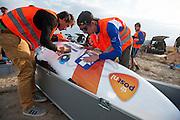 De schade van de val wordt gerepareerd. Op maandagochtend vinden de kwalificaties plaats. Het team slaagt er door valpartijen niet in om de rijders en de VeloX V te kwalificeren. Het Human Power Team Delft en Amsterdam (HPT), dat bestaat uit studenten van de TU Delft en de VU Amsterdam, is in Amerika om te proberen het record snelfietsen te verbreken. Momenteel zijn zij recordhouder, in 2013 reed Sebastiaan Bowier 133,78 km/h in de VeloX3. In Battle Mountain (Nevada) wordt ieder jaar de World Human Powered Speed Challenge gehouden. Tijdens deze wedstrijd wordt geprobeerd zo hard mogelijk te fietsen op pure menskracht. Ze halen snelheden tot 133 km/h. De deelnemers bestaan zowel uit teams van universiteiten als uit hobbyisten. Met de gestroomlijnde fietsen willen ze laten zien wat mogelijk is met menskracht. De speciale ligfietsen kunnen gezien worden als de Formule 1 van het fietsen. De kennis die wordt opgedaan wordt ook gebruikt om duurzaam vervoer verder te ontwikkelen.<br /> <br /> The qualifying on Monday. The team didn't qualify due to crashes. The Human Power Team Delft and Amsterdam, a team by students of the TU Delft and the VU Amsterdam, is in America to set a new  world record speed cycling. I 2013 the team broke the record, Sebastiaan Bowier rode 133,78 km/h (83,13 mph) with the VeloX3. In Battle Mountain (Nevada) each year the World Human Powered Speed Challenge is held. During this race they try to ride on pure manpower as hard as possible. Speeds up to 133 km/h are reached. The participants consist of both teams from universities and from hobbyists. With the sleek bikes they want to show what is possible with human power. The special recumbent bicycles can be seen as the Formula 1 of the bicycle. The knowledge gained is also used to develop sustainable transport.