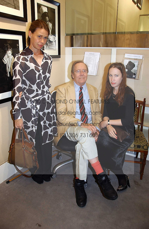 The EARL OF SNOWDON and his daughters left, LADY SARAH CHATTO and LADY FRANCES ARMSTRONG-JONES at an exhibition of photographs by Lord Snowdon held at the Chris Beetles Gallery, Ryder Street, London on 18th September 2006.<br /><br />NON EXCLUSIVE - WORLD RIGHTS