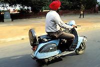 Inde - Delhi - Homme d'éthnie Sikh sur un vespa