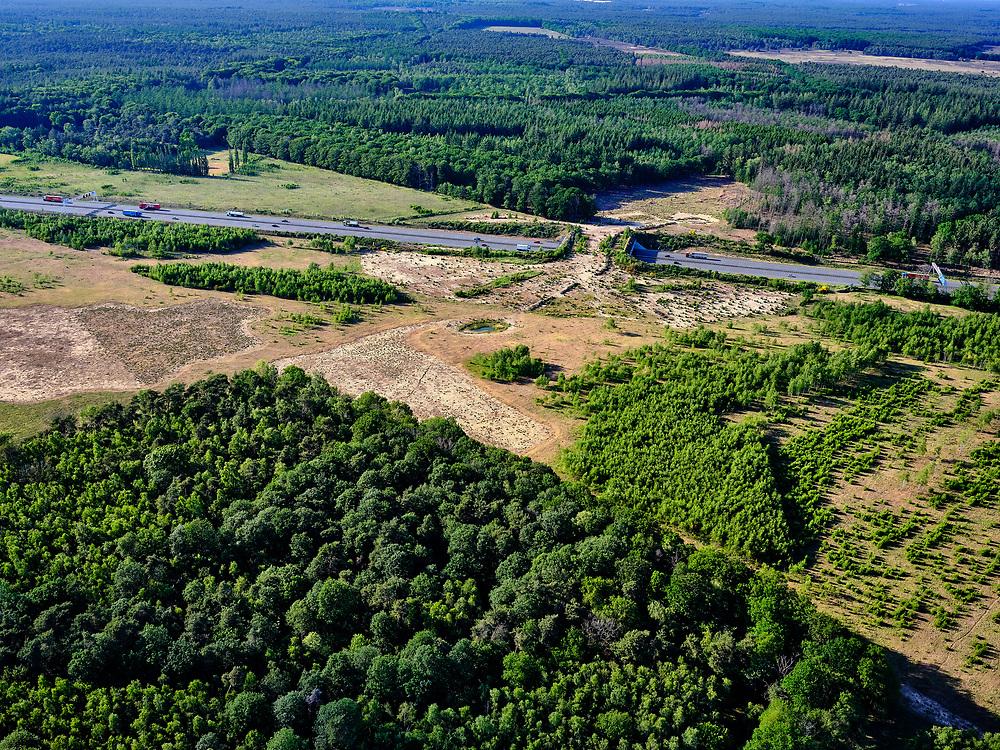 Nederland, Gelderland, Gemeente Ede, 14–05-2020; zicht op Rijksweg A12 en het ecoduct Jac. P. Thijsse. Het ecoduct verbindt deVeluwsenatuurgebiedenPlanken WambuisenReijerscamp.<br /> View of the A12 highway and the ecoduct Jac. P. Thijsse. The ecoduct connects the Planken Wambuis and Reijerscamp nature reserves in the Veluwe.<br /> <br /> luchtfoto (toeslag op standaard tarieven);<br /> aerial photo (additional fee required)<br /> copyright © 2020 foto/photo Siebe Swart