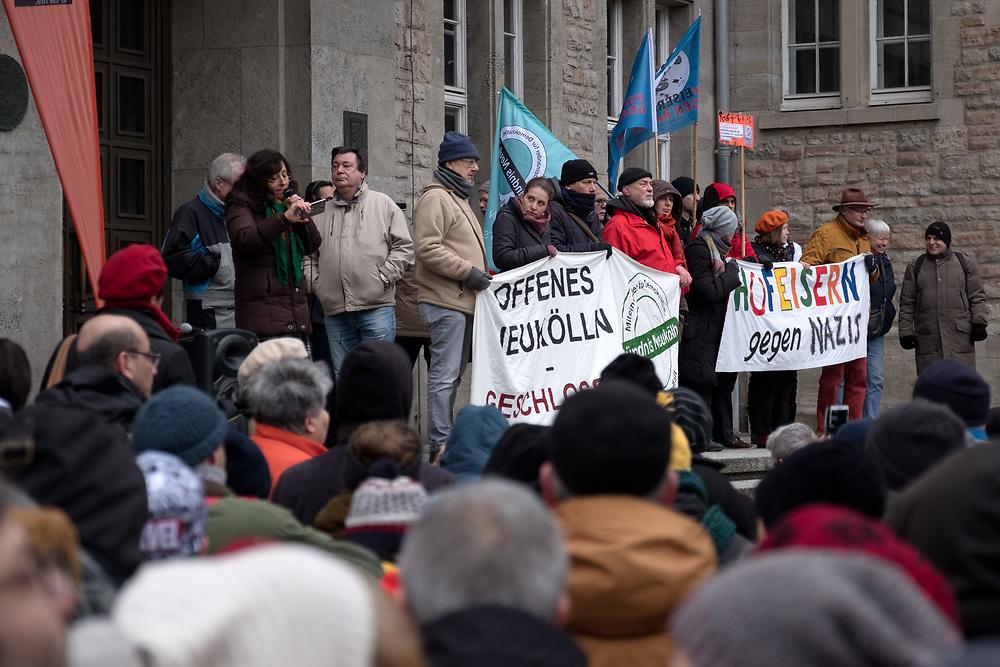 Mehrere hundert Menschen protestieren vor dem Rathaus Neukölln gegen eine Serie von mutmaßlich rechtsextremistisch motivierten Anschlägen. Bei den letzen beiden Anschlägen brannte das Auto eines Buchhändlers, der schon früher Ziel von Angriffen und Drohungen aus der rechtsextremen Szene war und des Linken-Politikers Ferat Kocak. <br /> <br /> [© Christian Mang - Veroeffentlichung nur gg. Honorar (zzgl. MwSt.), Urhebervermerk und Beleg. Nur für redaktionelle Nutzung - Publication only with licence fee payment, copyright notice and voucher copy. For editorial use only - No model release. No property release. Kontakt: mail@christianmang.com.]
