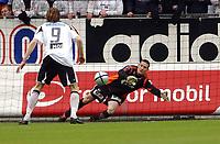 Fotball tippeligaen 16.05.04, Rosenborg - Viking 0-2<br /> Anthony Basso gjorde det vanskelig for Frode Johnsen og RBK<br /> Foto: Carl-Erik Eriksson, Digitalsport