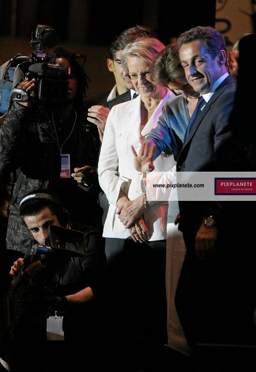 Nicolas Sarkozy - Michelle Alliot Marie - Election présidentielle française - Environ 30 000 personnes se sont regroupées place de la Concorde, à Paris, pour fêter la victoire du candidat de l'UMP. French presidential election - Around 30 000 people have enjoy the victory of the candidate from UMP in Paris, place de la Concorde. Paris - 6/05/2007 - JSB / PixPlanete