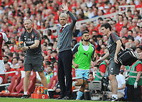 Football - 2017 / 2018 Premier League - Arsenal vs. Burnley<br /> <br /> Arsenal Manager Arsene Wenger waves to the crowd during his last ever home game, at The Emirates.<br /> <br /> COLORSPORT/ANDREW COWIE