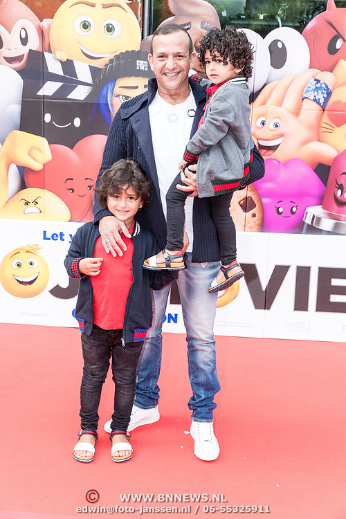 NLD/Amsterdam/20170802 - Premiere De Emoji film, Najib Amhali met zijn kinderen Novèll en Noah
