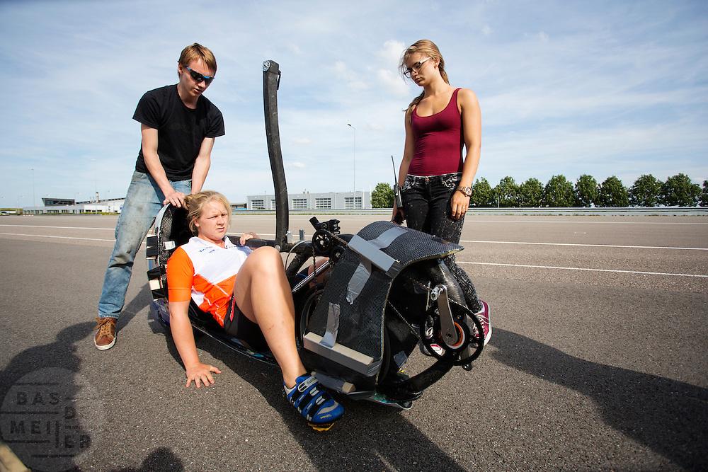 Lieske Yntema zit klaar in de VeloX V. Op de RDW baan in Lelystad wordt getest met de VeloX 4, de fiets van vorig jaar, en voor het eerst ook met de nieuwste fiets, de VeloX V. In september wil het Human Power Team Delft en Amsterdam, dat bestaat uit studenten van de TU Delft en de VU Amsterdam, een poging doen het wereldrecord snelfietsen te verbreken, dat nu op 133,8 km/h staat tijdens de World Human Powered Speed Challenge.<br /> <br /> At the RDW track in Lelystad the team tests wit the VeloX 4 and for the first time with the VeloX V. With the special recumbent bike the Human Power Team Delft and Amsterdam, consisting of students of the TU Delft and the VU Amsterdam, also wants to set a new world record cycling in September at the World Human Powered Speed Challenge. The current speed record is 133,8 km/h.