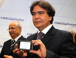 Ministro da Saude José Gomes Temporão mostra o celular por onde confere o vacinometro durante abertura oficial da HOSPITALAR 2010 - 17ª Feira Internacional de Produtos, Equipamentos, Serviços e Tecnologia para Hospitais, Laboratórios, Clínicas e Consultórios, que acontece de 25 a 28 de maio de 2010, no Expo Center Norte, em São Paulo. FOTO: Jefferson Bernardes/Preview.com