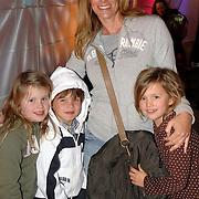 NLD/Hilversum/20070309 - 9e Live uitzending SBS Sterrendansen op het IJs 2007, Danielle Overgaag en kinderen