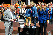 De bibliotheek Amstelveen laat Frits Barend voorlezen aan kleinkinderen en aan de Koning op Koningsdag<br /> <br /> Op de foto: Frits Barend samen met Alette Bastiaansen ,  hun zoon hun zoon Sebastiaan Bram en Kim Barend met haar zoon