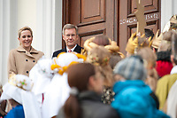 06 JAN 2012, BERLIN/GERMANY:<br /> Christian Wulff (2.v.L), Bundespraesident, und Bettina Wulff (L), Gattin des Bundespraesidenten, vor der Tuere des Schlosses, waehrend dem Sternsingerempfang der 54. Aktion Dreikoenigssingen 2012, Schloss Bellevue<br /> IMAGE: 20120106-01-019<br /> KEYWORDS: Sternsinger, Heilige drei Könige, Heilige drei Koenige, Dreikönigssingen, Ehefrau, Politikerfrau,