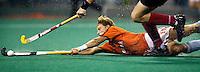 WK Hockey. Nederland-Duitsland 0-1. Matthijs Brouwer probeert de Duitser Florian Kunz af te stoppen. Kunz was de maker van het Duitse doelpunt.