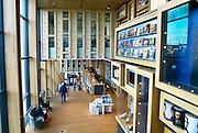 Nederland, Arnhem, 3-3-2016Het gebouw De Rozet in het centrum van de stad. Verschillende culturele en educatieve instellingen zijn hierin gevestigd zoals de Openbare Bibliotheek, Kunstbedrijf Arnhem, de Volksuniversiteit en To Art Kunstuitleen. Ontwerp van Neutelings Riedijk Architecten. In het interieur veel vitrines, en lichtbakken die de identiteit en geschiedenis van de stad laten zien. In de bibliotheek is een glijbaan. Foto: Flip Franssen