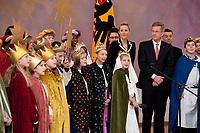 06 JAN 2012, BERLIN/GERMANY:<br /> Christian Wulff (R), Bundespraesident, und Bettina Wulff, Gattin des Bundespraesidenten, hoeren den Sternsingern zu, waehrend dem Sternsingerempfang der 54. Aktion Dreikoenigssingen 2012, Grosser Saal, Schloss Bellevue<br /> IMAGE: 20120106-01-033<br /> KEYWORDS: Sternsinger, Heilige drei Könige, Heilige drei Koenige, Dreikönigssingen