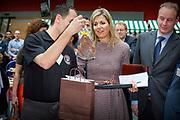 Koningin Maxima houdt toespraak tijdens bezoek aan seminar Meedoen Geld(t)? op De Haagse Hogeschool in Den Haag<br /> <br /> Queen Maxima holds a speech during visit to seminar Participation Money (t)? at The Hague University in The Hague<br /> <br /> Op de foto / On the photo: Koningin Maxima krijgt een kado tijdens het seminar / Queen Maxima receives a gift during the seminar