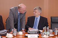 28 MAY 2003, BERLIN/GERMANY:<br /> Peter Struck (L), SPD, Bundesverteidigungsminister, und Joschka Fischer (R), B90/Gruene, Bundesaussenminister, im Gespraech, vor Beginn der Kabinettsitzung, Bundeskanzleramt<br /> IMAGE: 20030528-01-016<br /> KEYWORDS: Kabinett, Sitzung, Gespräch,
