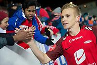 Fotball ,<br /> 2018 ,  <br /> Eliteserien , <br /> Brann Stadion , <br /> Brann - Bodø/Glimt<br /> Taijo Teniste (R) , Brann takker supportere etter kampen<br /> Foto: Astrid M. Nordhaug