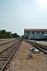 Le Ferrovie del Sud Est nascono in Puglia, nell'ottobre del 1931. A questà nuova società veniva dato in concessione l'insieme delle reti ferroviarie precedentemente gestite da diversi organismi (Società per le Ferrovie Salentine, Società per le Ferrovie Sussidiate, Ferrovie dello Stato)..Le aree pugliesi attraversate dalla società ferroviaria sono l'area barese, la fascia Taranto-Brindisi e l'area leccese-salentina, collegando fra loro i capoluoghi di Bari, Taranto e Lecce, nonché oltre 130 comuni delle province meridionali..Il reportage fotografico sulle Ferrovie Sud Est intende testimoniare l'evoluzione tecnologica che, durante gli anni, ha modificato e migliorato il servizio ferroviario e la convivenza del progresso con tracce del passato, attraverso un viaggio tra le stazioni e i depositi..Stazione di Bari Sud est.