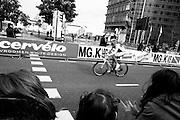 Wielrenners racen door het centrum van Utrecht tijdens de Giro d'Italia. De tweede etappe van de wielerkoers begon in Amsterdam en eindigde in Utrecht