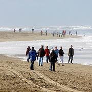NLD/Texel/20061007 - Bedrijfsuitje RTL Nederland, wandelen langs het strand van Texel