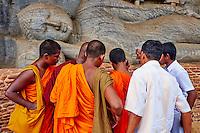 Sri Lanka, province du Centre-Nord, cité historique de Polonnaruwa, classée au Patrimoine Mondial de l'UNESCO, Gal Vihariya (Gal Vihara), ensemble des quatres statues de Bouddha taillées dans la roche, bouddha couché, pelerins et moines en devotion // Sri Lanka, Ceylon, North Central Province, ancient city of Polonnaruwa, UNESCO World Heritage Site, Gal Vihara, reclining Buddha, monks and pilgrims