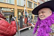 Nederland, Nijmegen, 2-2-2019In de centrale bibliotheek van Nijmegen werd opnieuw een poging gedaan om de Amsterdamse Dolly Bellefleur, het alter ego van cabaretier en tekstdichter Ruud Douma,  te laten voorlezen. Voorafgaand hielden hono en lgtbi-activisten een bijeenkomst voor het gebouw. Homorechtenvoorvechter Jac Splinter sprak een dertigtal aanwezigen toe. Een vorige keer werd de middag afgeblazen wegens protesten van orthodox christelijke actievoerders.Foto: Flip Franssen