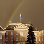 NLD/Apeldoorn/20051216 - Prinses Margriet en schoondochters bezoeken tentoonstelling Bruiden van Het Loo, donkere wolken en regenboog boven paleis Het Loo met nederlandse vlag