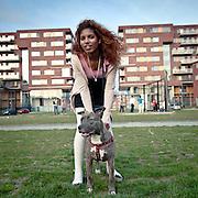 Nederland Rotterdam maart 2011 Surinaamse schone, meisje uit de wijk Spangen poseert met hond. Foto: Parcival