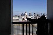 Engeland, Londen, 10-4-2019 Straatbeeld van het centrum van de stad. Panorama, uitzicht vanaf de panoramaverdieping, het panoramadek, viewing platform, uitzichtpunt, veiligheid, safety, over het oostelijk deel van het centrum, de city, het financiele district met hoogbouw van banken en kantoren vanaf het Tate modern art museum .. Architectuur,modern,moderne,zakenbanken,banken,zakelijk,centrum . Foto: Flip Franssen