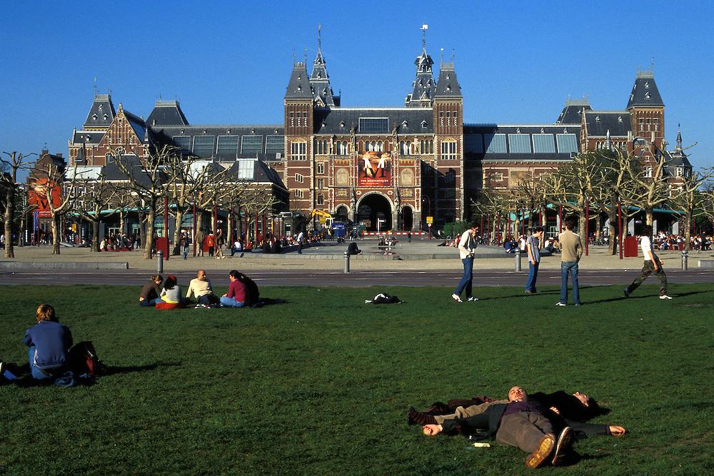 Holanda. Amsterdam..Plaza del Museo. Al fondo, el Museo Rijksmuseum..© JOAN COSTA