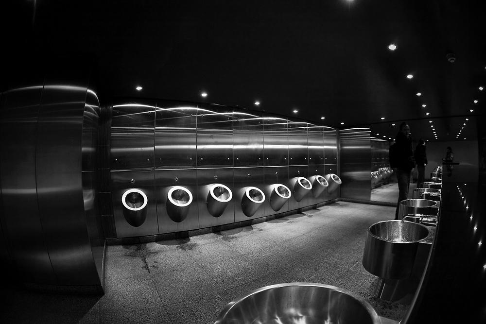 Londyn, 2009-03-05. Toaleta m?ska na Trafalgar Square