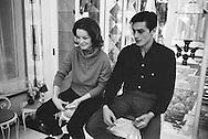 959. Lecture d'un jeu de cartes sur le plancher<br /> à l'intérieur de la maison de la mère de Romy .<br /> Romy Schneider était beaucoup mieux à ce jeu que Alain Delon .