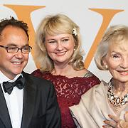 NLD/Katwijk/20151030 - 5 Jarig jubileumvoostelling musical Soldaat van Oranje, Karin Hazelhoff Roelfzema<br /> en dochter Karna Hazelhoff-Castellon met haar echtgenoot