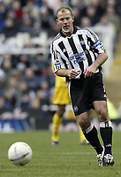 Fotball<br /> FA-cup 2005<br /> 5. runde<br /> Newcastle v Tottenham<br /> 13. mars 2005<br /> Foto: Digitalsport<br /> NORWAY ONLY<br /> Newcastle's Alan Shearer threads a ball through