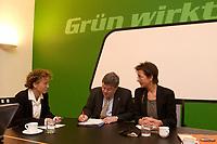 08 DEC 2003, BERLIN/GERMANY:<br /> Steffi Lemke, B90/Gruene, Bundesgeschaeftsfuehrerin, Reinhard Buetikofer, B90/Gruene, Bundesvorsitzender, und Angelika Beer, B90/Greune, Bundesvorsitzende, (v.L.n.R.), vor Beginn der Sitzung des Bundesvorstandes von Buendis 90 / Die Gruenen, Bundesgeschaeftsstelle<br /> IMAGE: 20031208-01-009<br /> KEYWORDS: Reinhard Bütikofer