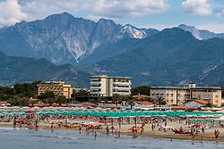 THEMENBILD - Touristen an einem Sandstrand am Mittelmeer mit der Bergkulisse der Toskana, aufgenommen am 24. Juni 2018 in Viareggio, Italien // Tourists on a sandy beach on the Mediterranean Sea with the mountain scenery of Tuscany, Viareggio, Italy on 2018/06/24. EXPA Pictures © 2018, PhotoCredit: EXPA/ JFK
