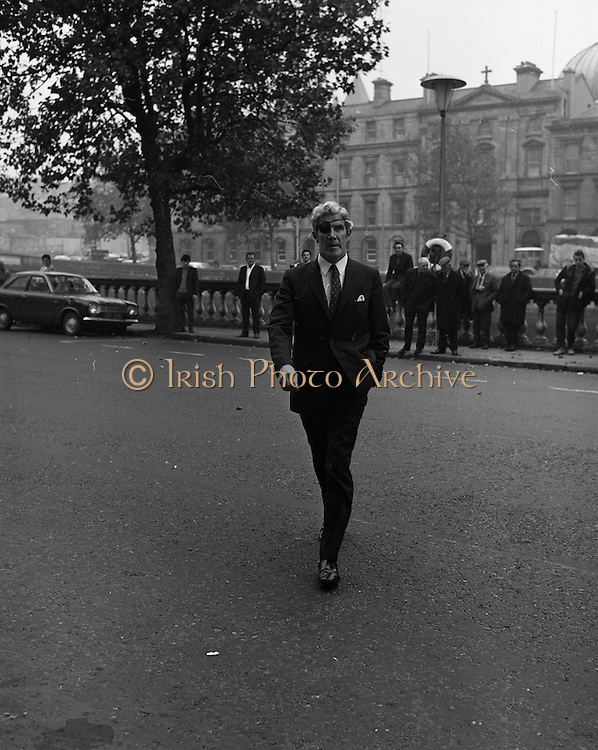 22/9/1970<br /> 9/22/1970<br /> 22 September 1970<br /> <br /> Gerry Jones of the Rossapenna Hotel, Donegal outside the Four Courts