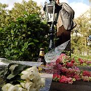 Bloemen bij huis nav dood Andre Hazes, overlijden, oprit