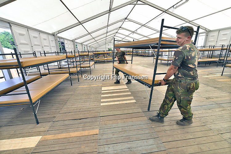 Nederland, Nijmegen, 20-6-2017De voorbereidingen voor de nijmeegse vierdaagse zijn weer begonnen met de opbouw van het militair kamp op Heumensoord. Geplaatst door vooral vakantiewerkers en seizoenskrachten, en militairen van de landmacht. Er komen zo'n 7000 soldaten uit verschillende landen in het tentenkamp te logeren. Ook een veldhospitaal wordt gebouwd. De 4-daagse vindt plaats in de derde week van juli.Foto: Flip Franssen