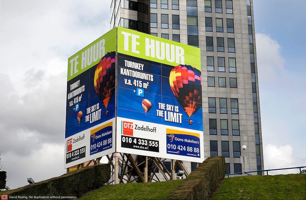 Nederland Rotterdam zuid 27 maart 2009 20090327 Foto: David Rozing ..Economische crissis, recessie, leegstand in  kantoorpanden groot reclamebord kantoorruimte te huur the sky is the limit..Foto: David Rozing