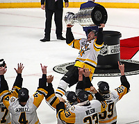 NASHVILLE, TN - JUNE 11:  Sidney Crosby #87 of the Pittsburgh Penguins celebrates with the Stanley Cup trophy after defeating the Nashville Predators 2-0 in Game Six of the 2017 NHL Stanley Cup Final at the Bridgestone Arena on June 11, 2017 in Nashville, Tennessee.  (Photo by Frederick Breedon/Getty Images)