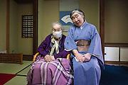 Maîtres du thé, mère centenaire et fille, lors d'une cérémonie du thé à Meguro - Tokyo.