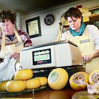 Nederland, Texel,16 mei 2007..Kaasboerderij met echte Texelse traditioneel gemaakte kaas...Foto:Jean-Pierre Jans