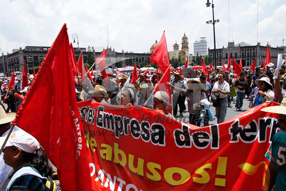 Toluca, México.- Integrantes del Movimiento Antorchista marcharon por la ciudad de Toluca exigiendo justicia para los obreros golpeados la semana pasada en Tultitlán. Agencia MVT / Crisanta Espinosa