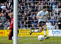 Fotball<br /> England 2004/2005<br /> Foto: SBI/Digitalsport<br /> NORWAY ONLY<br /> <br /> Derby County v Preston North End<br /> Coca Cola Championship. 08/05/2005<br /> <br /> Derby's Paul Peschisolido (R) celebrates after sliding the ball between Carlo Nash's legs to secure his team's 3-1 win and a place in the play-offs.