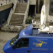 NLD/Amsterdam/20060330 - Rechtzaak Margarita Bourbon de Parma -  Edwin de Roy van Zuydewijn, pers staat buiten te wachten op de aankomst, media, fotografen, satteliet straalwagen