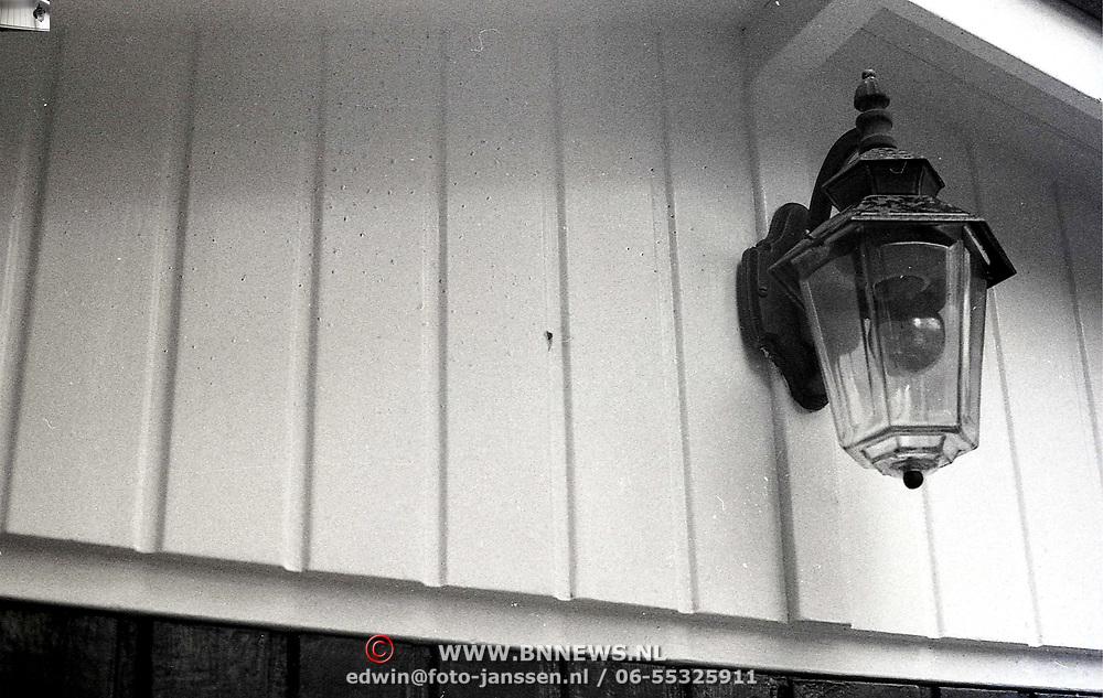 NLD/Soesterberg/1988 - Plek waar een schutter een voorbijganger automobilist heeft doodgeschoten, kogelgat in schuur van een woning in Zeist