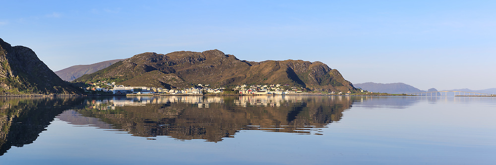 Panoramic view at Fosnavåg, Norway. Early morning light with reflections in the sea   Nydelig morgenlys i Fosnavåg, med spegling i sjøen